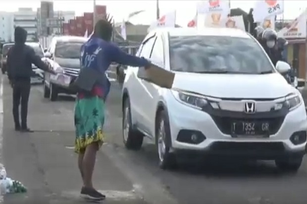 Miris! Bantuan Tak Merata, Korban Banjir di Jenebin Karawang Meminta-minta di Jalan