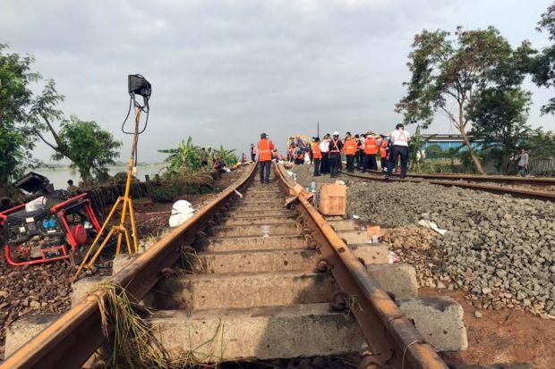 Imbas Banjir Bekasi, Penumpang Kereta Api Alihkan Perjalanan dengan Bus