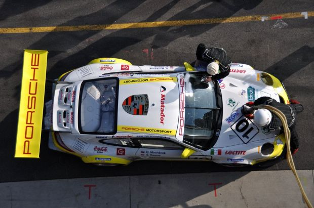Bensin Sintetis Buatan Porsche Diklaim Sebersih Energi Listrik