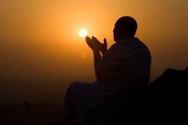 Mengangkat Kedua Tangan Saat Berdoa, Bidahkah?