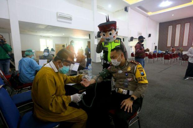 Ribuan Personel Polisi di Surabaya Jalani Vaksinasi COVID-19