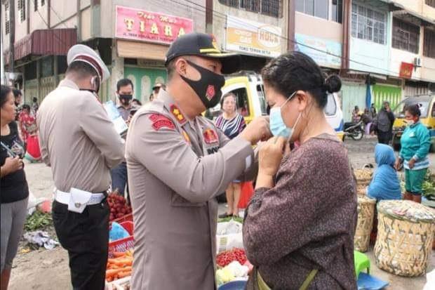 Pedagang Abaikan Protokol Kesehatan, Kapolres Pematangsiantar Langsung Pasangkan Masker