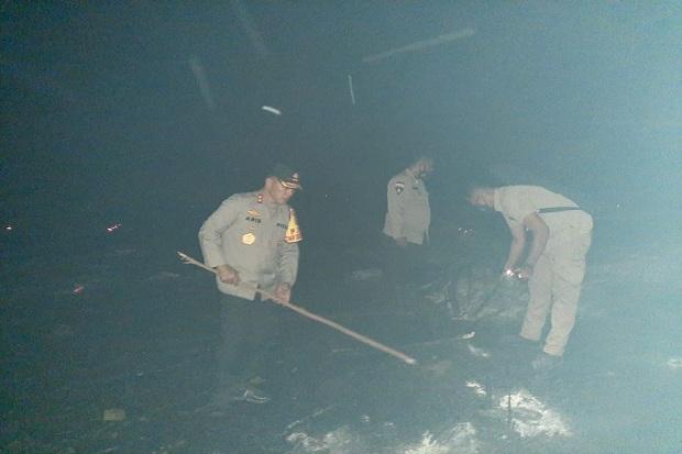 Kapolda Kepri Turun Langsung Padamkan Kebakaran Hutan