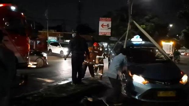 Hindari Motor yang Menyalip, Taksi Tabrak Separator di Jalan Mabes Hankam