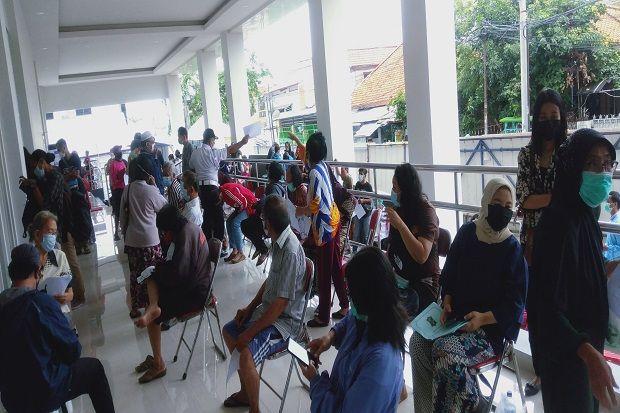 Lansia Surabaya Antusias Ikut Vaksin, Antrean di RSUD dr Soewandie Membeludak