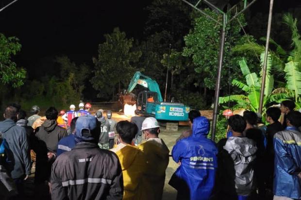Banjir Indramayu Sisakan Material Lumpur, Alat Berat Proyek Dikerahkan Bantu Warga