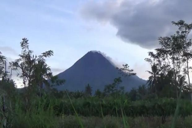 Gunung Merapi Terus Keluarkan Awan Panas
