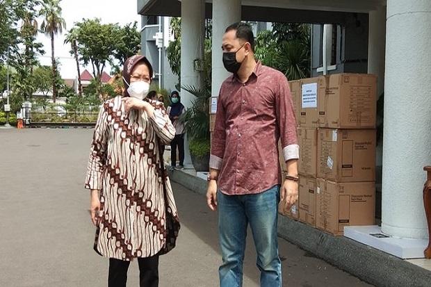 Datangi Surabaya, Mensos Risma Serahkan Bantuan Masker hingga Hand Sanitizer