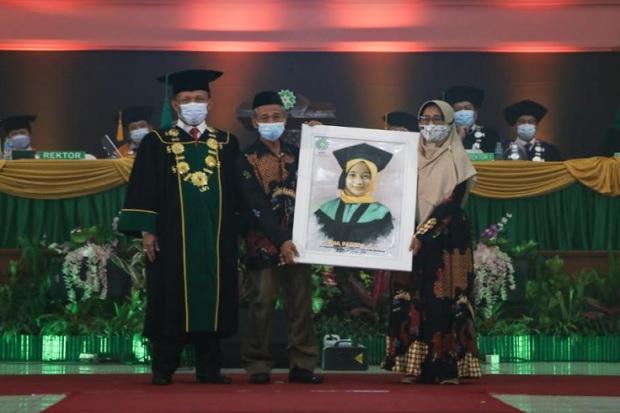 Kisah Dina Farida, Mahasiswa Berprestasi yang Tak Bertoga saat Wisuda di UIN Bandung