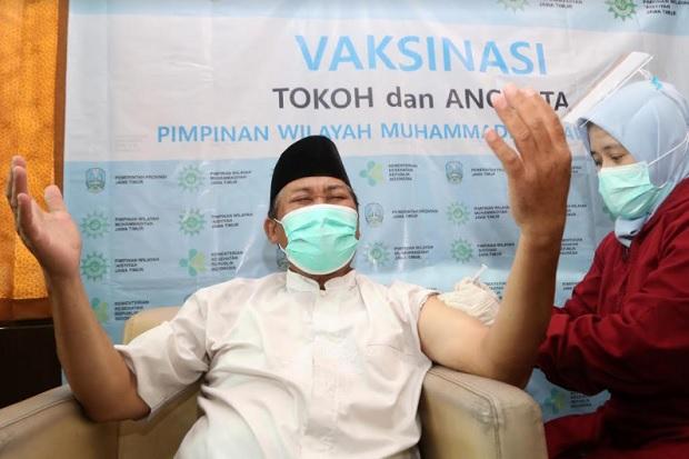 Disuntik Vaksin, Tokoh Muhammadiyah Jawa Timur Menengadahkan Dua Tangan