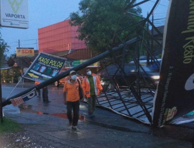 Perdana Diamuk Puting Beliung, Baliho Puluhan Juta di Tulungagung Ambruk
