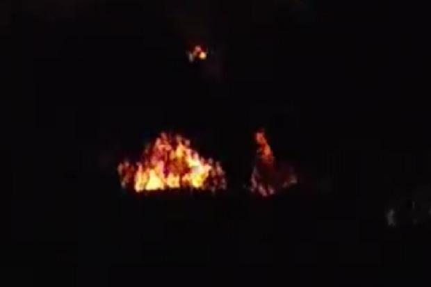 Kobaran Api dan Asap Hitam Pekat Masih Terlihat di Kilang Minyak Balongan