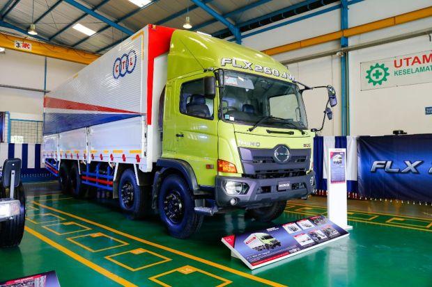 Hino Luncurkan Truk Logistik FLX 260 JW (8x2) dan Bus R 260 AS