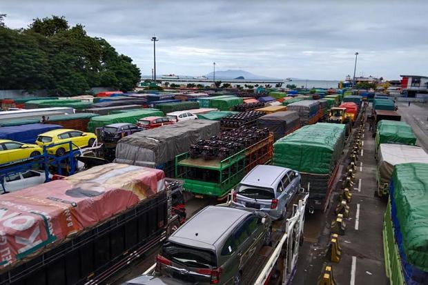 Truk Logistik Mulai Padati Pelabuhan Merak