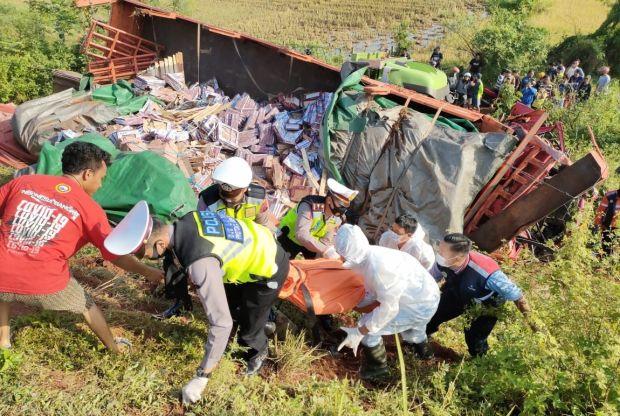 Truk Muat Kemarik Seruduk Tronton Parkir di Tol Pekalongan, Satu Nyawa Melayang