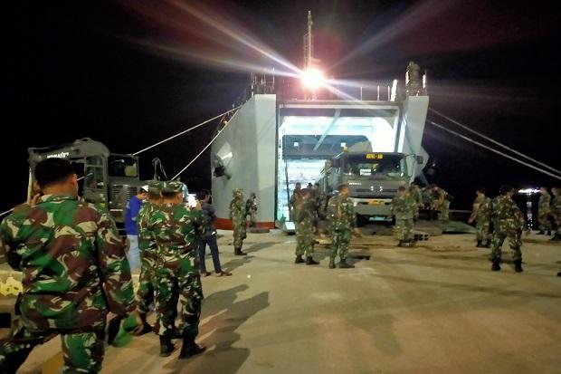 Sempat Dihantam Angin Kencang, Kapal TNI AD Akhirnya Bongkar Muatan untuk Korban Banjir