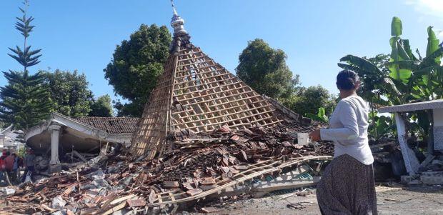 Tinjau Lokasi Terdampak Gempa, Gubernur Khofifah Minta Masjid Rusak Segera Diperbaiki