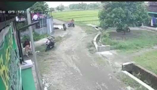 Bikin Ngelus Dada, Emak-emak Sambil Gendong Balita Terekam CCTV Mencuri Motor
