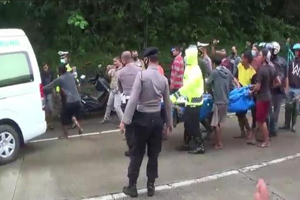 2 Mobil Masuk Jurang usai Tabrakan Beruntun 5 Kendaraan di Sitinjau Lauik Padang, 8 Orang Luka