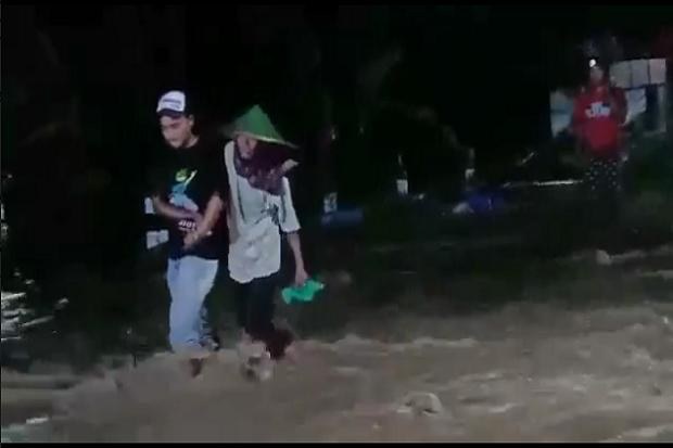 Banjir Terjang Madiun, Warga Salat Tarawih di Bawah Guyuran Hujan Lebat