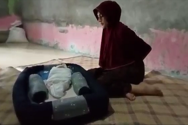 Aceh Gempar, Ibu Muda Cantik Warga Pidie Jaya Melahirkan Bayi Dalam Pembalut