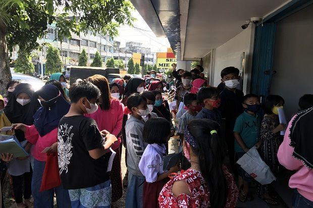 Demi Pencairan Dana Program Indonesia Pintar, Puluhan Ibu dan Anak Rela Berpanas-panasan
