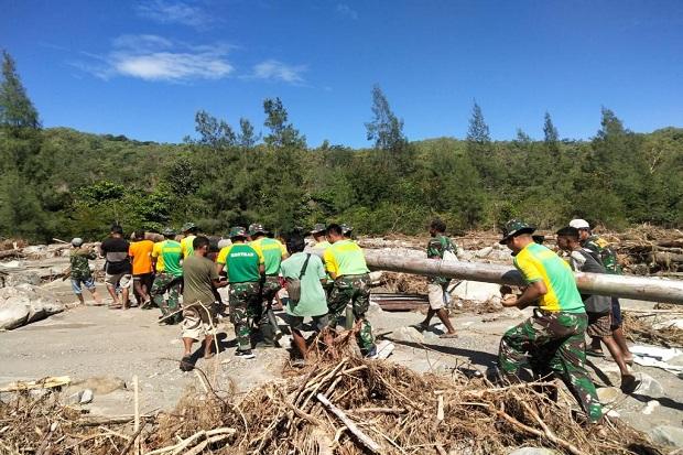 Bersama Warga, TNI Bantu Perbaikan Irigasi yang Rusak Akibat Bajir Bandang