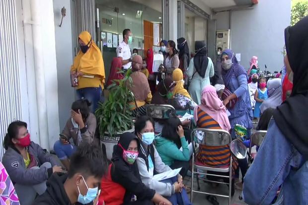 Takut Terlambat, Ratusan Warga Sidoarjo Penerima Bantuan UMKM Berkerumun di Depan Bank
