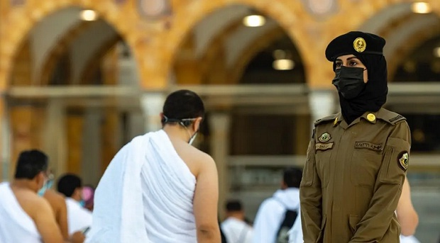 Pertama Kali, Polisi Wanita Arab Saudi Mengawasi Jamaah Umrah di Mekah
