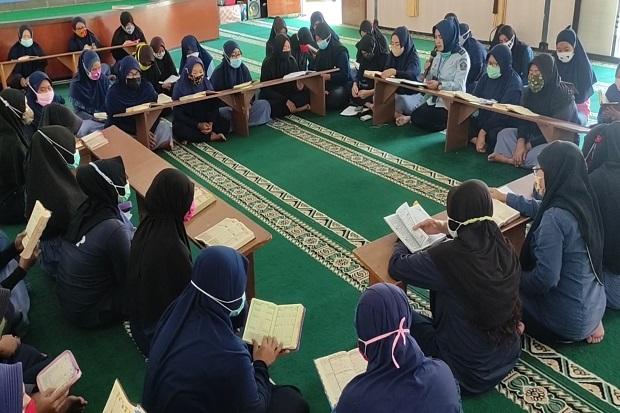 Tangis Pecah di Lapas Wanita Kebonsari, Warga Binaan Khusyuk Tadarus Alquran