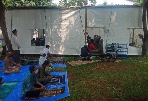 Menengok Tenda Masjid At-Tabayyun Kompleks TVM, Gelar Salat Jumat Perdana Jamaah Terlihat Khusyuk
