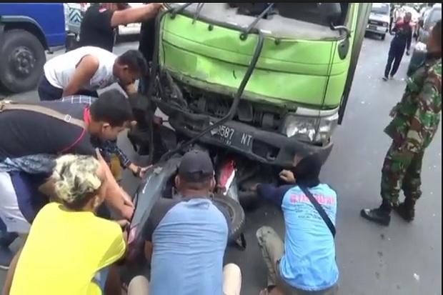 Truk Boks Terobos Lampu Merah Hajar 3 Motor dan 3 Mobil, Korban Berserakan di Jalan