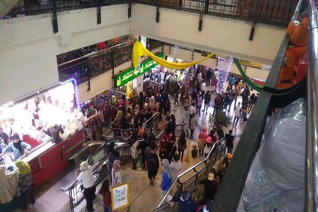 COVID-19 Masih Ganas, Warga Bandung dengan Tenang Serbu Pasar Baru