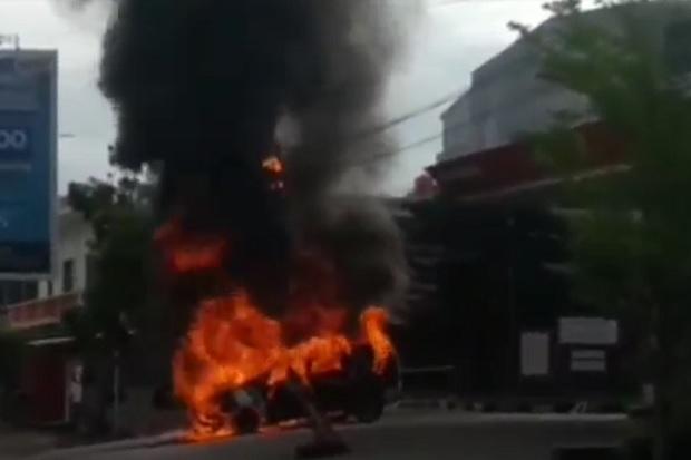 Angkut BBM Bersubsidi Secara Ilegal, Mobil Mewah Terbakar Hebat di SPBU