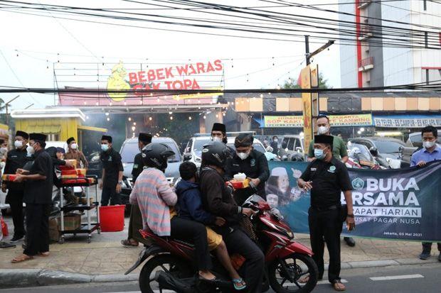PSNU Pagar Nusa Bagi Takjil dan Paket Makanan di Jakarta Timur