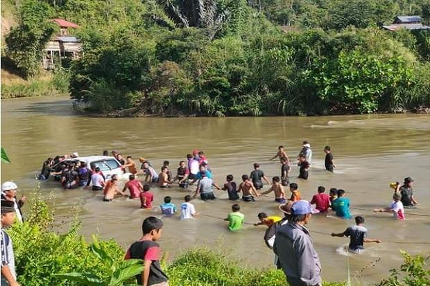 Minibus Angkut Pemudik Terjun ke Sungai Mamasa di Sulbar 1 Tewas 3 Hilang 7 Luka Luka