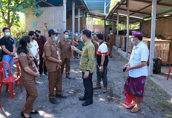 Genjot 100 Persen TOSS Desa, Bupati Suwirta Bina Langsung Pengolahan Sampah Desa