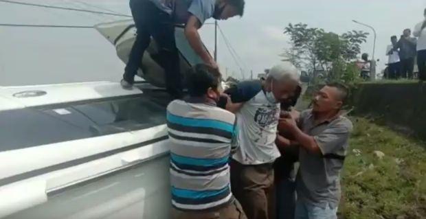 Mobil Mantan Camat Terjun ke Parit Sedalam 3 Meter, Evakuasi Korban Dramatis