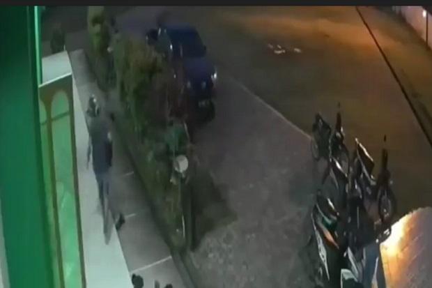 Pencuri Berbaju Serba Hitam Nekat Gasak Tas Saat Jamaah Masjid Sujud