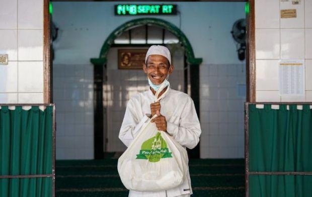 Parsel Ramadan Hadirkan Senyum Para Petugas Makam