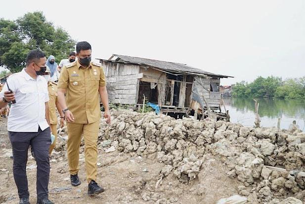 Serap Keluhan Warga, Wali Kota Bobby Nasution Langsung Bangun Benteng Tangkal Banjir Rob di Kampung Nelayan
