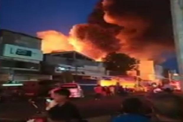 Kebakaran Hebat Gemparkan Madiun di Malam Takbiran, Sebuah Toko Onderdil Ludes