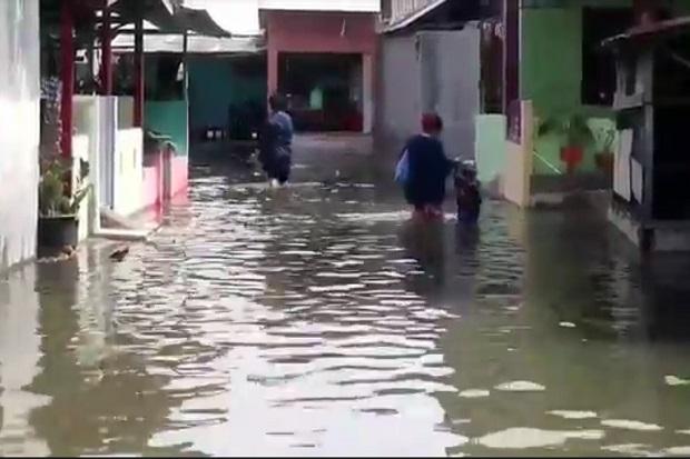Warga Medan Belawan Harus Berlebaran di Tengah Genangan Banjir Rob