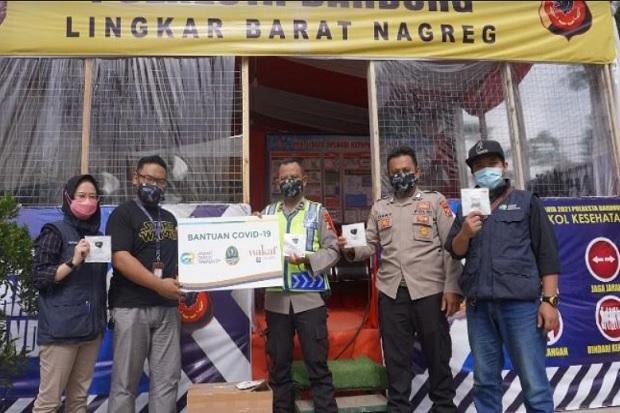 Lawan COVID-19, Wakaf Salman Bagi-bagi Masker di Pos Penyekatan Mudik Lebaran