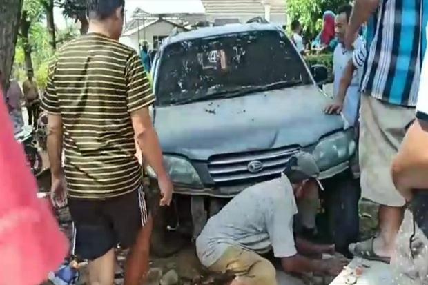 Sopir Kelelahan Minibus Seruduk Warung dan Motor di Pasuruan