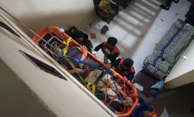 Dramatis! Proses Evakuasi Lansia Sakit Terjebak di Kamar Lantai Dua