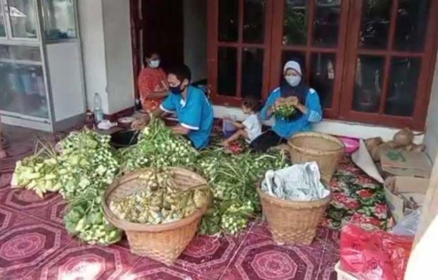 Jeritan Hati Produsen Ketupat di Madiun, Larangan Mudik Sebabkan Omset Turun Hingga 50 Persen