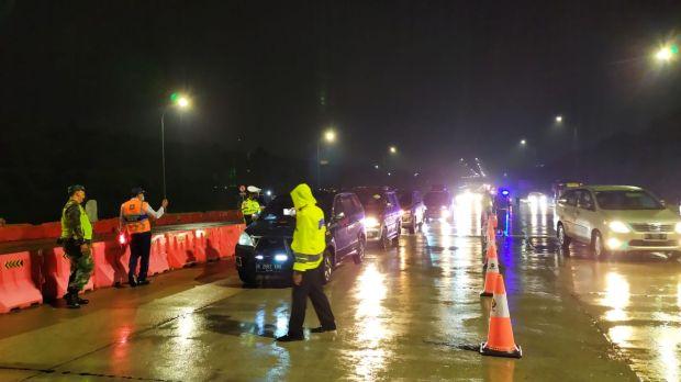Hujan Deras, Polisi Jaga Ketat Arus Balik di Tol Kalikangkung