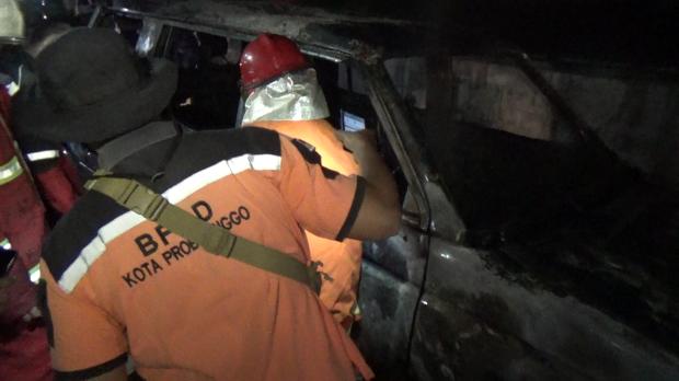 Ditinggal Anjangsana Lebaran, Minibus Tiba-tiba Terbakar di Pinggir Jalan