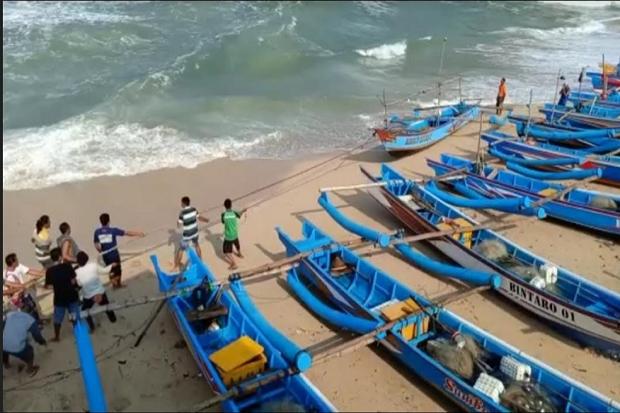 Ombak 4 Meter Hantam Pantai Baron, Lima Kapal Nelayan Rusak